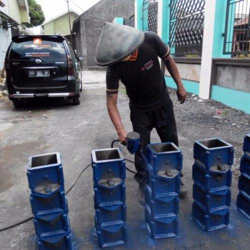 pengecatan cetakan beton kubus